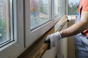 worker installing window after knowing how often do windows need to be replaced